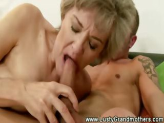 mature granny pussy sucked after giving oral job