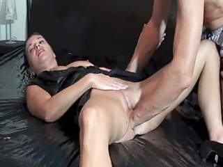 fisting the wifes loose pussy untill she squirts